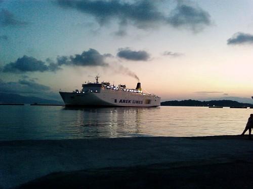 Κερκυρα, χαράζει στο λιμάνι....